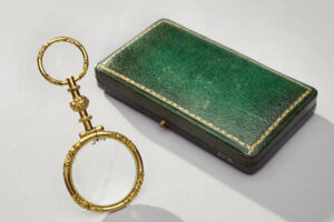 Gold quizzing glass with ring for ribbon, unknown maker, France